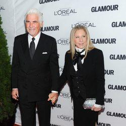 Barbra Streisand y su marido en los premios Glamour Mujer del Año 2013 en Nueva York