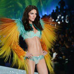 Hilary Rhoda desfilando en el Victoria's Secret Fashion Show 2013