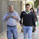 Alberto lsla con su tío en Sevilla