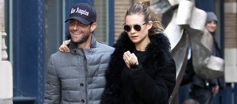 Adam Levine y Behati Prinsloo pasean por Nueva York