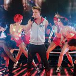 Sam Callahan con las bailarinas de 'The X Factor'