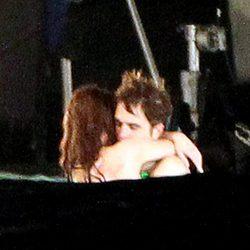 Robert Pattinson y Kristen Stewart abrazándose en el rodaje de 'Amanecer'