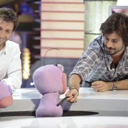 Hugo Silva saluda a Trancas y Barrancas junto a Pablo Motos en 'El Hormiguero'