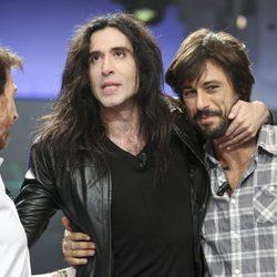 Mario Vaquerizo agarra a Hugo Silva junto a Pablo Motos en 'El Hormiguero'