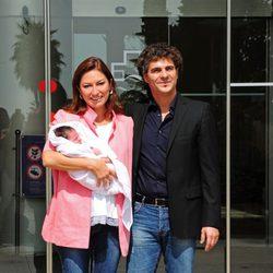 Montserrat Martí y Daniel Faidella presentan a su hija Daniela