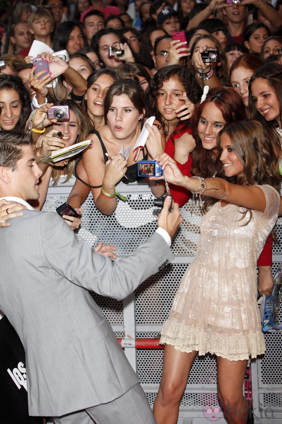 Luis Fernández y Ana Fernández se fotografían con sus fans en el estreno de la tercera temporada de 'Los Protegidos'