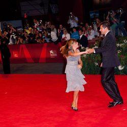 Claudia Vega y Kike Maíllo bailando en el estreno de 'Eva' en la Mostra de Venecia