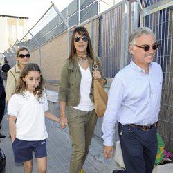Mabel Lozano y su marido Eduardo Campoy llevan a su hija Roberta al colegio