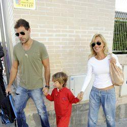 Cayetana Guillén Cuervo y su marido Omar Ayashi llevan a su hijo Leo al colegio