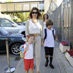 Nuria González lleva a sus hijos Iván y Alma al colegio