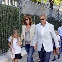 Belinda Washington y su marido Luis Ortiz llevan a sus hijas al colegio