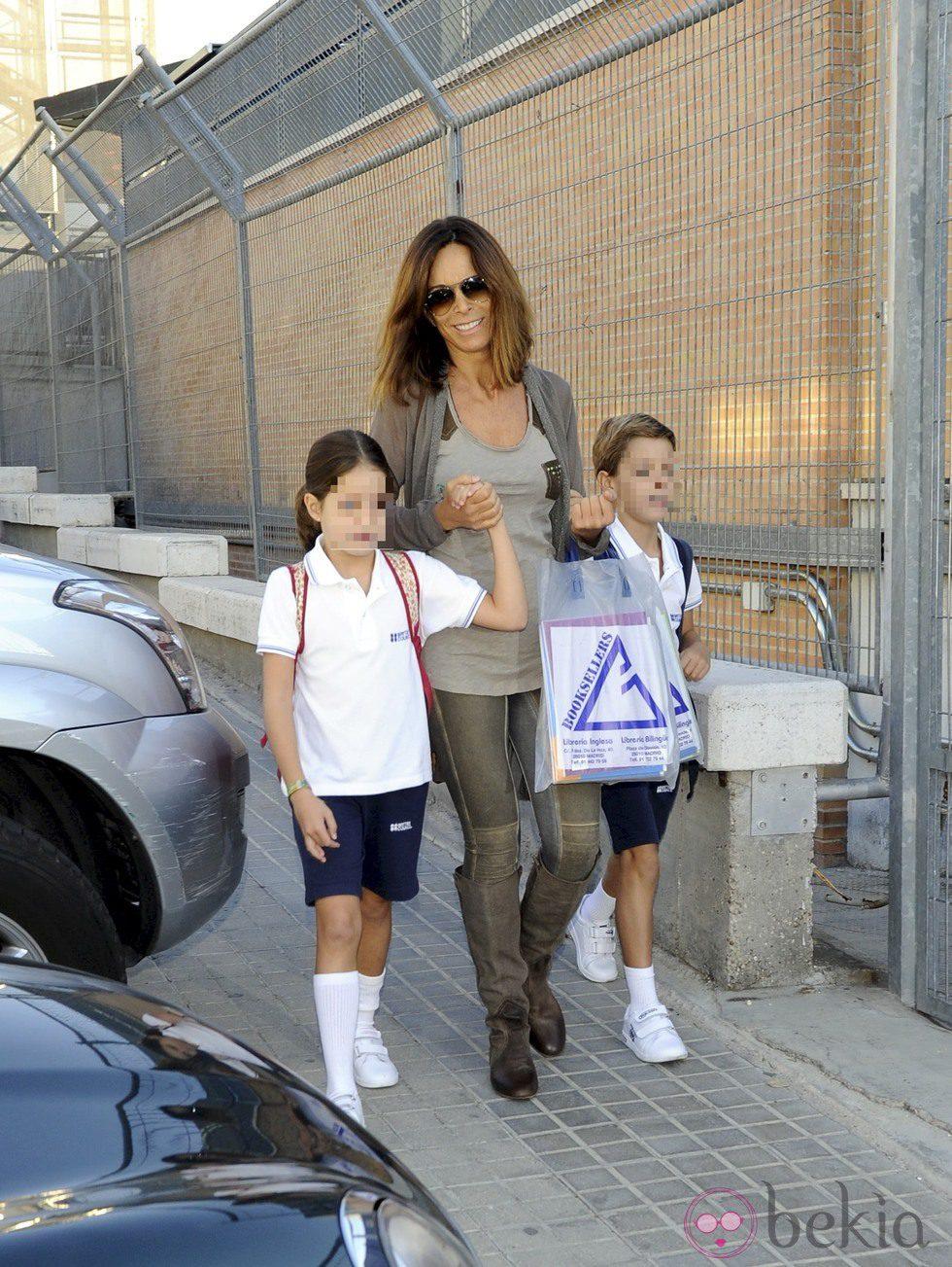Lydia Bosch lleva a sus hijos Juan y Ana al colegio