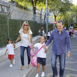 Ramón García y su mujer Patricia Cerezo llevan a sus hijas al colegio