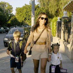 Virgina Troconis lleva a sus hijos Manuel y Triana al colegio