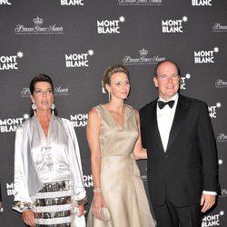 Los Príncipes Alberto y Charlene junto a la Princesa Carolina en la gala Montblanc celebrada en Mónaco