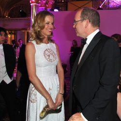 Alberto de Mónaco charla con Eva Herzigova en la gala Montblanc