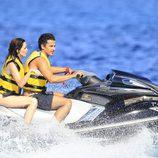 Paz Vega y Orson Salazar se divierten montando en una moto acuática en Ibiza