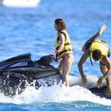 Paz Vega conduce una moto de agua mientras Orson Salazar se da un chapuzon en Ibiza