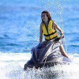 Paz Vega surca las aguas de Ibiza sobre una moto acuática