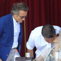 Cayetano Martínez de Irujo besa a la Duquesa de Alba junto a Alfonso Díez