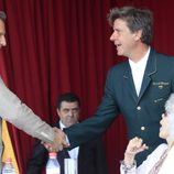 Cayetano Martínez de Irujo da la mano a Alfonso Díez junto a la Duquesa de Alba