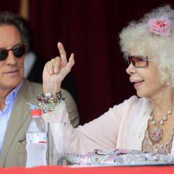 La Duquesa de Alba y Alfonso Díez contemplan el concurso hípico de Cayetano Martínez de Irujo