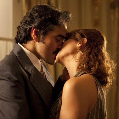 Tita Cervera y Espartaco besándose en una escena de 'Tita Cervera. La Baronesa'