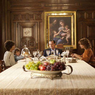 Carmen Cervera comiendo con su familia en una escena de 'Tita Cervera. La Baronesa'
