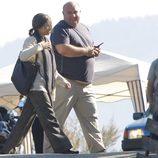 Penélope Cruz charla con un técnico en el set de rodaje de 'Venuto Al Mondo'