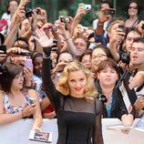 Madonna saluda a sus fans en el estreno de 'W.E.' en el Festival de Toronto