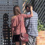Sara Carbonero acaricia a Iker Casillas a la puerta de su casa