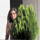 Sara Carbonero junto a un seto de su casa de Boadilla