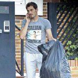Iker Casillas saca la basura mientras habla por el móvil