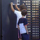 Un niño deja una foto de Iker Casillas en el buzón de su casa