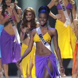Leila Lopes, Miss Angola, con ropa de baño en la gala final de Miss Universo 2011