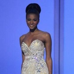 Miss Angola Leila Lopes desfila con traje de noche en la gala final de Miss Universo 2011