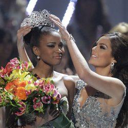 Ximena Navarrete corona de Leila Lopes como Miss Universo 2011
