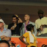 Will Smith, Marc Anthony y Pitbull viendo un partido de fútbol americano en Miami