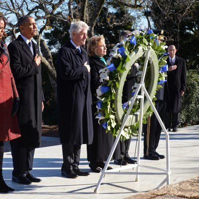 Barack Obama, Michelle Obama, Bill Clinton y Hillary Clinton en la ofrenda a J.F. Kennedy