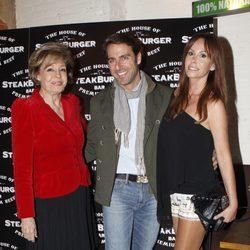 Joaquín Capel con Lara Dibildos y Laura Valenzuela en la apertura de su restaurante