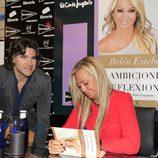 Belén Esteban firmando ejemplares de 'Ambiciones y reflexiones' con Toño Sanchís