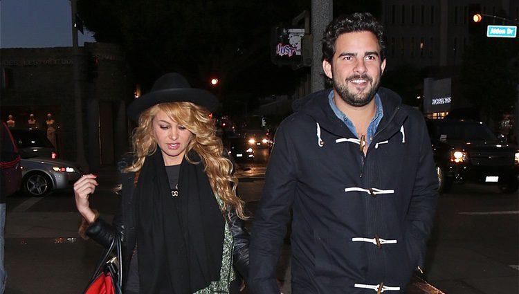 Paulina Rubio y Gerardo Bazúa cogidos de la mano por Los Angeles