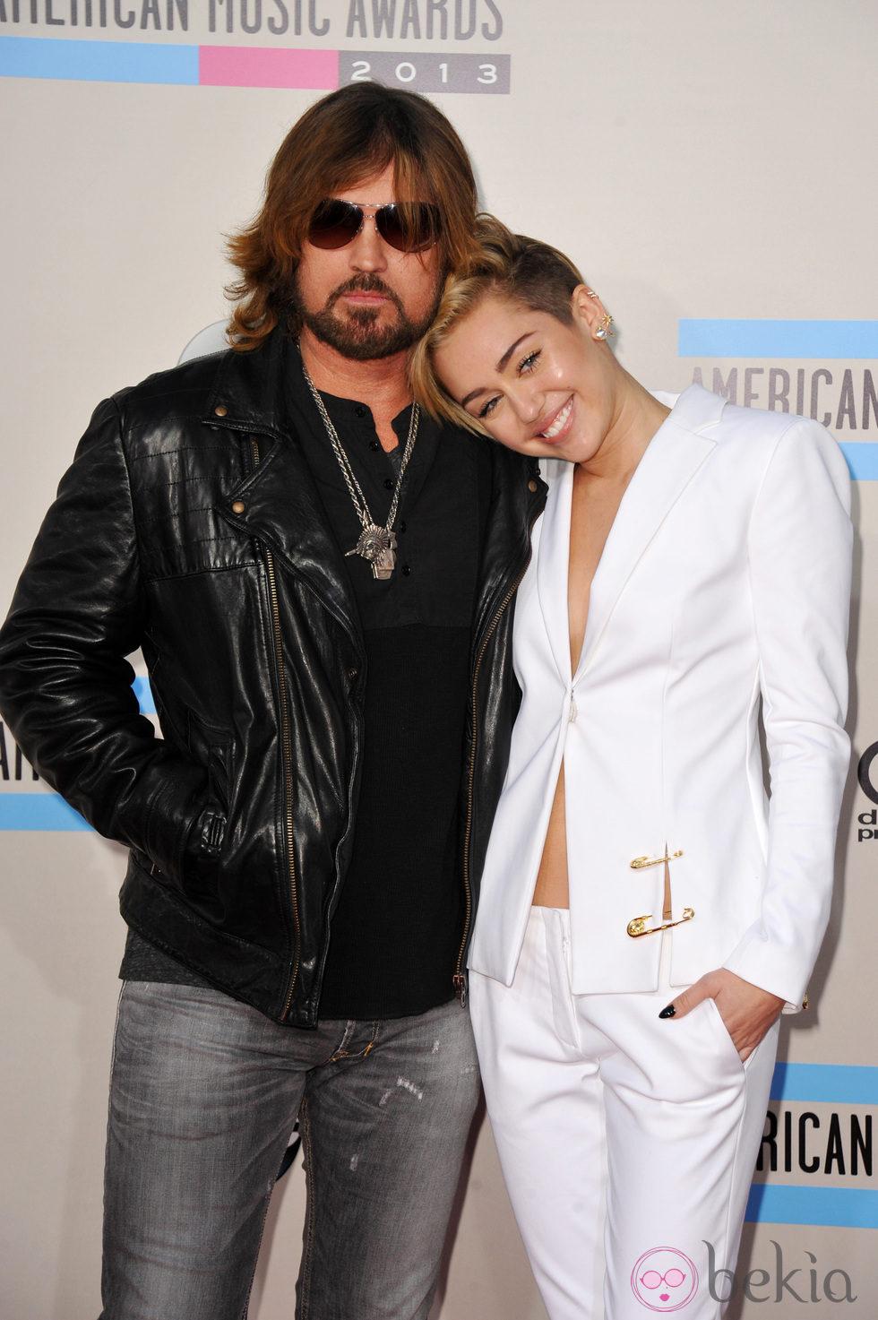 Miley Cyrus con su padre Billy Ray Cyrus en los American Music Awards 2013