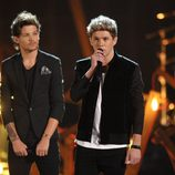 Louis Tomlinson y Niall Horan durante la actuación de One Direction en los American Music Awards 2013