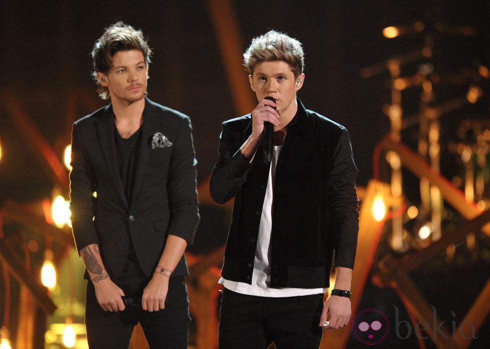 Louis Tomlinson y Niall Horan durante la actuación de One Direction en los American Music Awards 2013