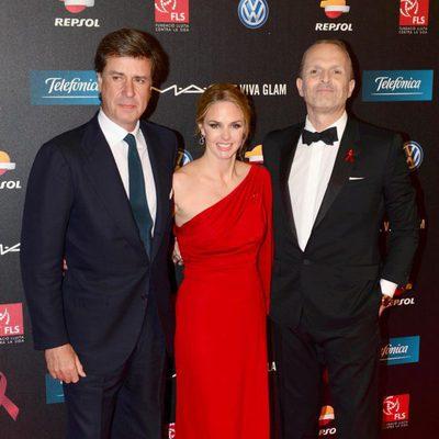 Cayetano Martínez de Irujo, Genoveva Casanova y Miguel Bosé en la gala contra el Sida 2013