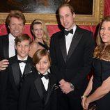 El Príncipe Guillermo con Bon Jovi y su familia en la Winter Whites Gala 2013