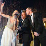 Taylor Swift, Jon Bon Jovi y el Príncipe Guillermo cantando en la Winter Whites Gala 2013