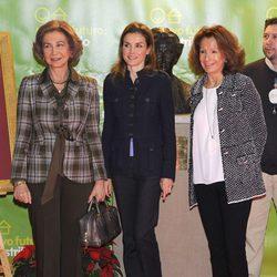 La Reina Sofía y la Princesa Letizia a su llegada al Rastrillo 2013