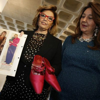 María Teresa Campos dona unos zapatos al Museo del Calzado de Elda